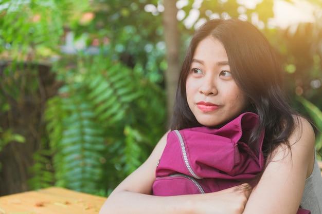 Милая азиатская женщина мечтает смотреть в будущее и улыбаться Premium Фотографии