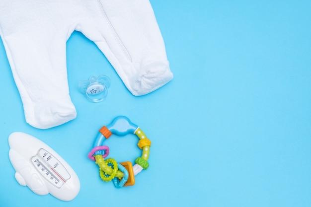 Симпатичные детские аксессуары. копировать пространство вид сверху плоская планировка. Premium Фотографии