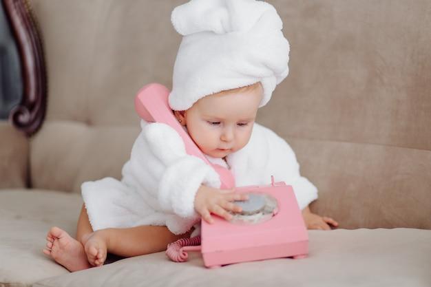 白いバスローブでかわいい女の子 無料写真