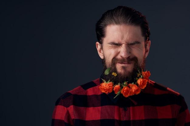 かわいいひげを生やした男の花の装飾格子縞のシャツの感情。高品質の写真 Premium写真
