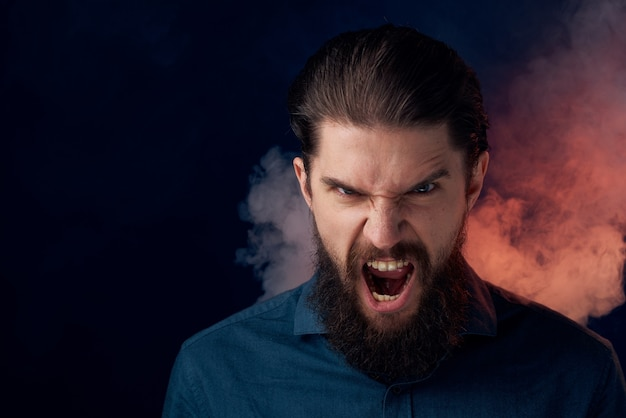 シャツのエレガントなスタイルのクローズアップ暗い壁のかわいいひげを生やした男 Premium写真