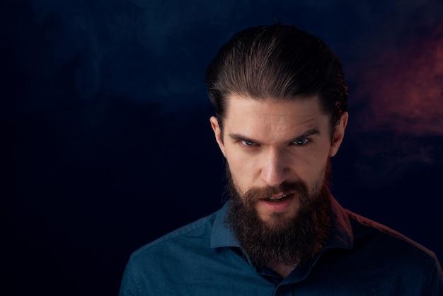 シャツのエレガントなスタイルのクローズアップダークでかわいいひげを生やした男 Premium写真