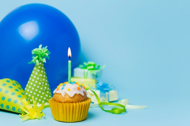 Cute birthday arrangement with cupcake Free Photo