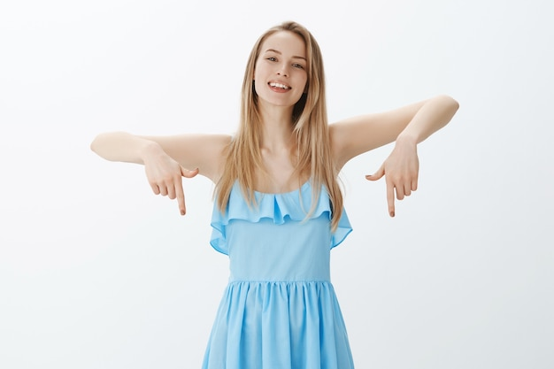 세련 된 파란 드레스에 귀여운 금발 소녀 무료 사진