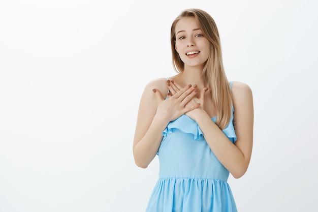 Ragazza bionda carina in vestito blu alla moda Foto Gratuite