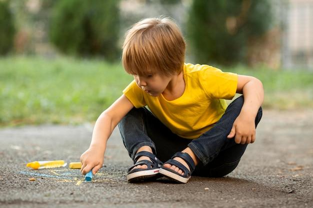 チョークで描く公園でかわいい男の子 無料写真
