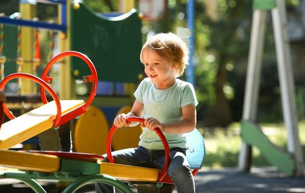 公園で遊んでいるかわいい少年 無料写真