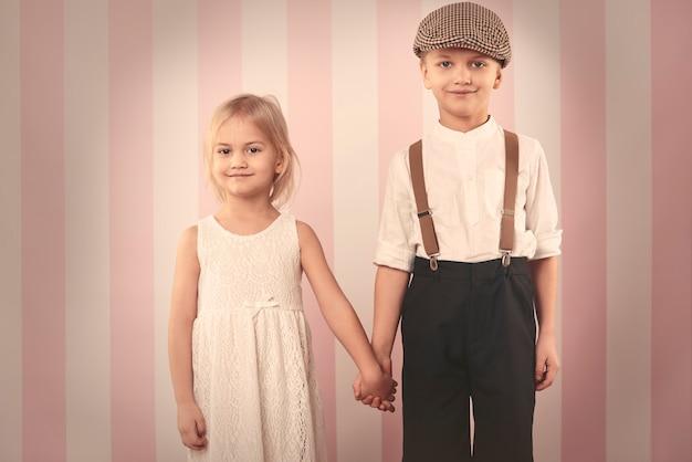 손을 잡고 귀여운 아이 커플 무료 사진