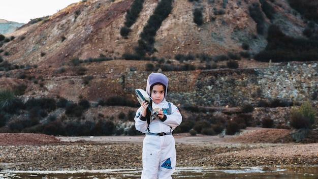 Симпатичный ребенок в костюме космонавта Бесплатные Фотографии