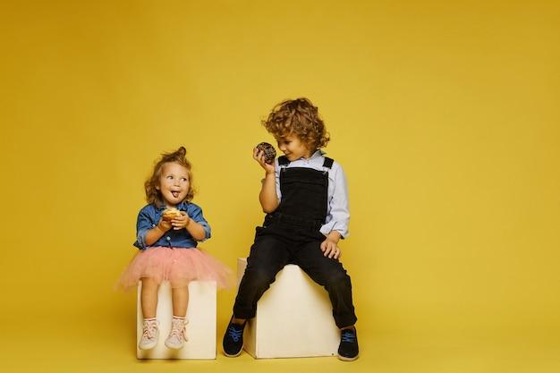 おいしいデザートを食べるかわいい子供たち Premium写真