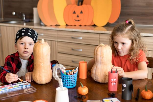 Симпатичные дети с концепцией хэллоуина тыквы Бесплатные Фотографии
