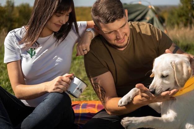Милая пара и собака на открытом воздухе Бесплатные Фотографии