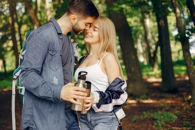かわいいカップルは夏の森で休憩 無料写真
