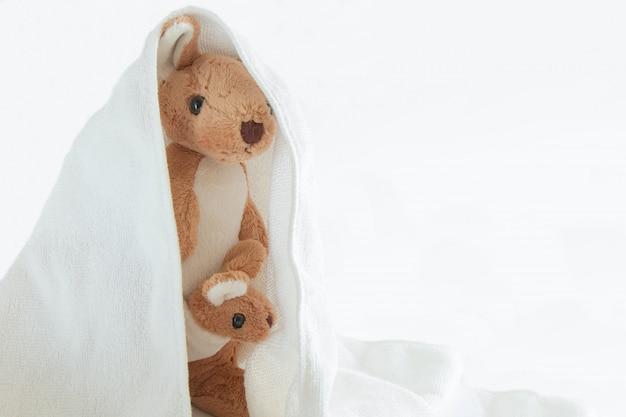 Милая пара и кенгуру младенца играют прятки с пластмассой сумки, счастливую концепцию чувства. Premium Фотографии