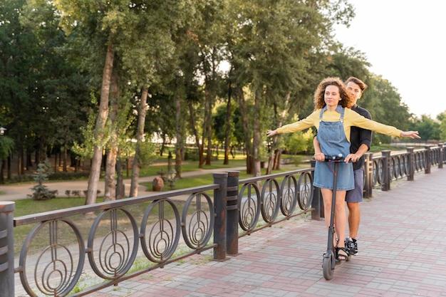 Милая пара вместе на скутере Бесплатные Фотографии