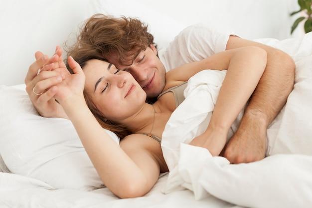 Coppia carina dormire insieme colpo medio Foto Gratuite