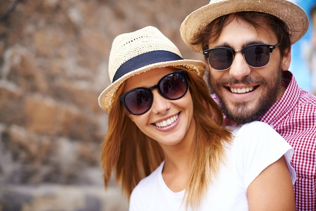 Cute couple with hats and sunglasses close-up Free Photo