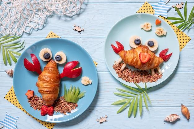 子供の朝食にフルーツを使ったかわいいカニクロワッサン Premium写真
