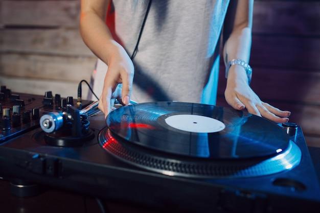 Милая диджей женщина с удовольствием играет музыку на вечеринке в клубе Бесплатные Фотографии