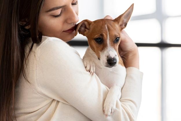 Милая собака держала женщину Бесплатные Фотографии