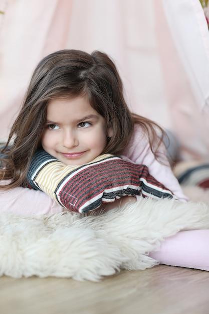 枕の上に横たわるかわいい夢見る少女 無料写真