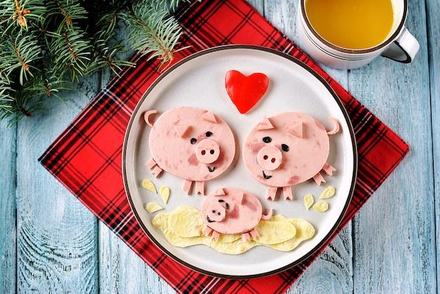 子供の朝食のための豚料理アートのアイデアのかわいい家族。 Premium写真