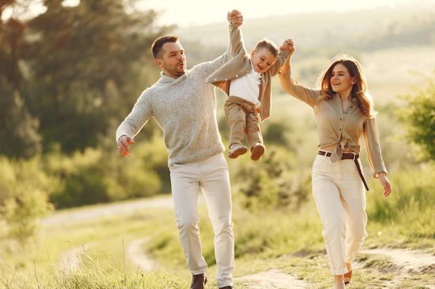 여름 필드에서 귀여운 가족 무료 사진