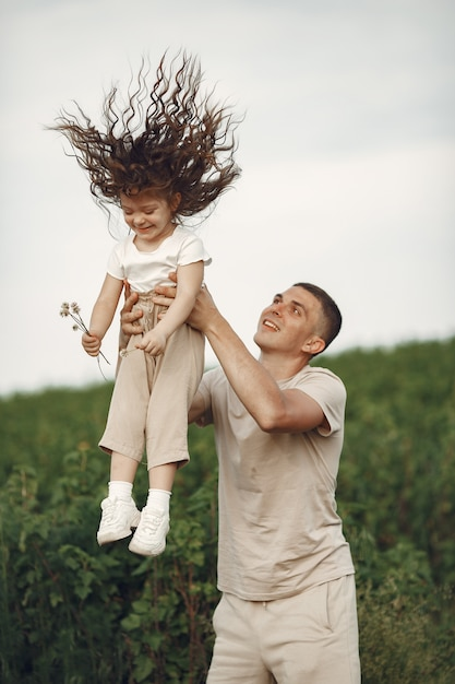Famiglia carina che gioca in un parco estivo Foto Gratuite