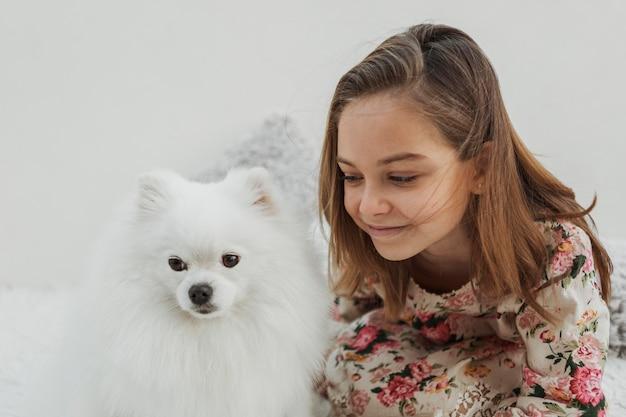 Милая девушка и собака в помещении Бесплатные Фотографии