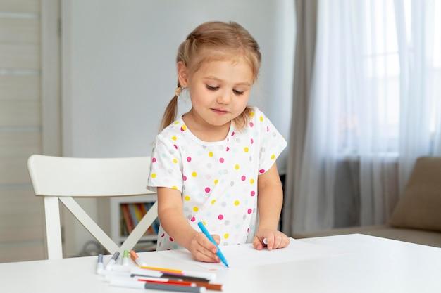 自宅でかわいい女の子を描く 無料写真