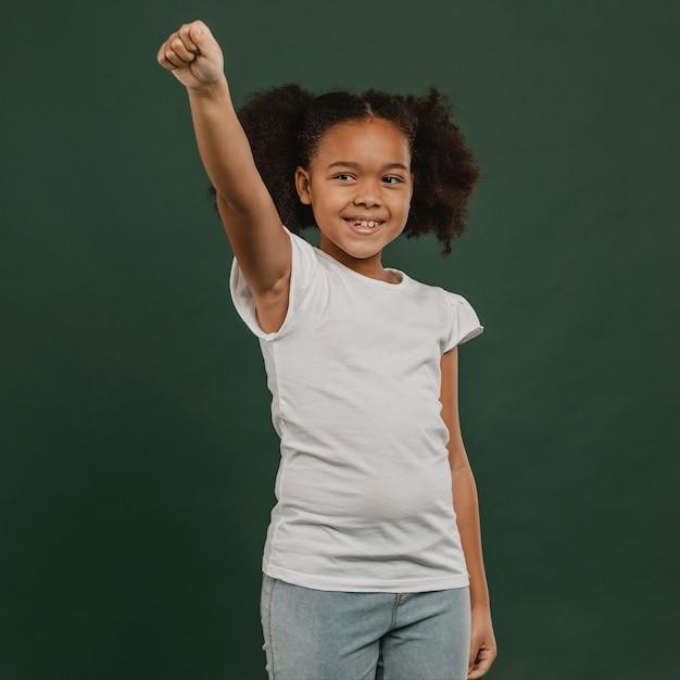 空中で手を握ってかわいい女児 Premium写真