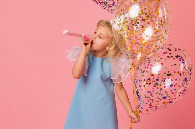 Ragazza carina in costume con palloncini Foto Gratuite