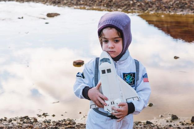 Симпатичная девушка в костюме космонавта Бесплатные Фотографии