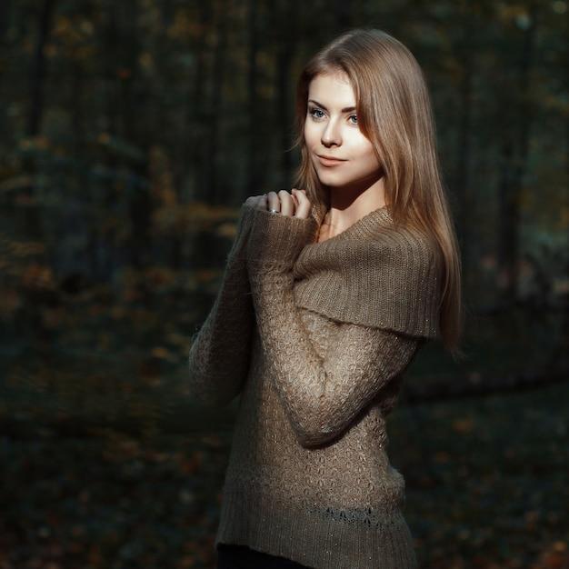 森の中でかわいい女の子秋の Premium写真