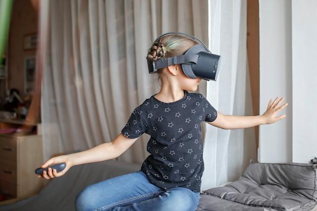 自宅でバーチャルリアリティゴーグルのかわいい女の子、遠隔教育実験、今日の未来 Premium写真