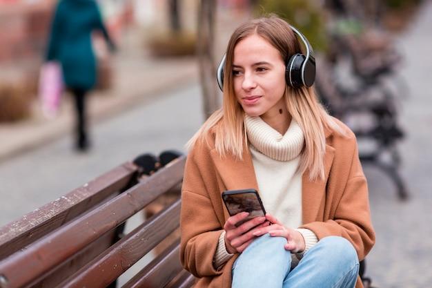ヘッドフォンで音楽を聞いているかわいい女の子 Premium写真