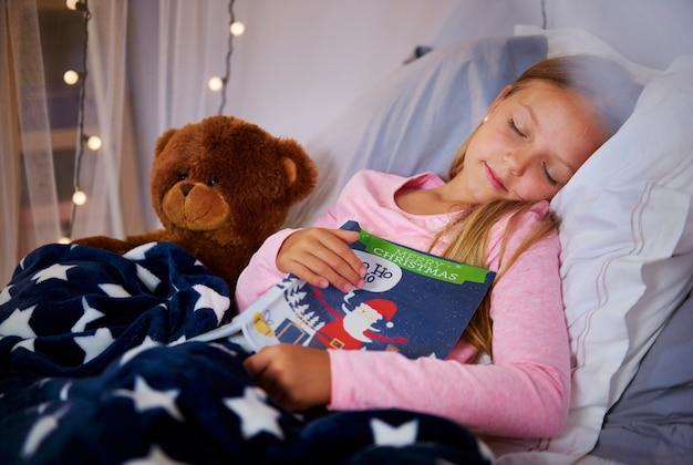 책으로 낮잠 귀여운 소녀 무료 사진