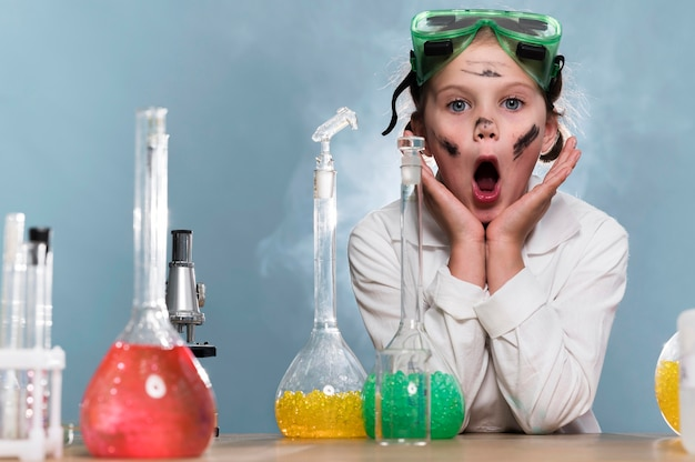 Ragazza carina nel laboratorio di scienze Foto Gratuite
