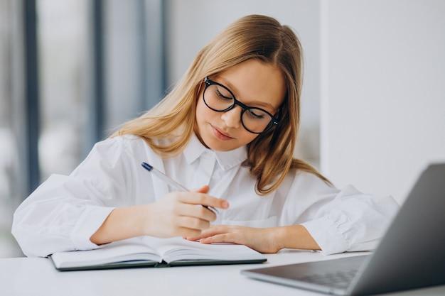 집에서 컴퓨터에서 공부하는 귀여운 여자 무료 사진