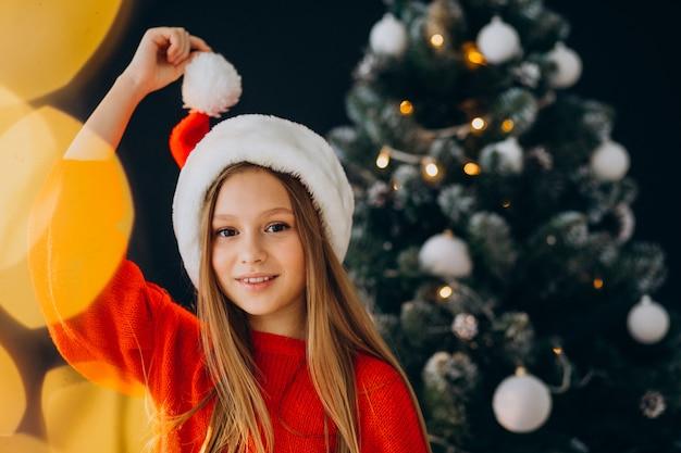 크리스마스 트리, 빨간 산타 모자에 귀여운 여자 십 대 무료 사진