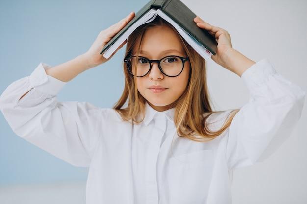 オフィスで本を持つかわいい女の子 無料写真