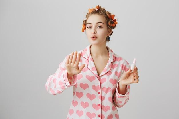 髪とパジャマでヘアカーラーでかわいい女の子、ポーランドの爪 無料写真