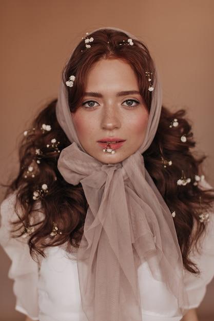 Carina donna dagli occhi verdi con piccoli fiori in ...