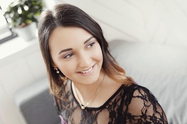 Милая счастливая ся женщина Бесплатные Фотографии