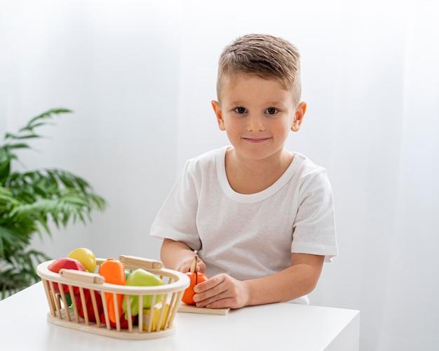 Verdure di taglio bambino carino Foto Gratuite
