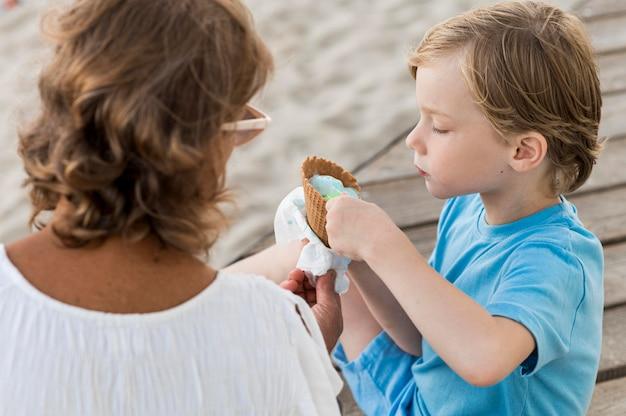Милый ребенок ест мороженое Бесплатные Фотографии