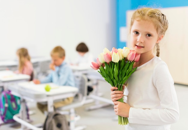 Милый ребенок держит букет цветов Premium Фотографии