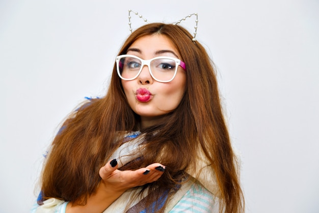 Симпатичный образ жизни модный портрет брюнетки молодой красивой женщины с удивительными длинными волосами, ярким свежим макияжем, весельем и сумасшедшим гонгом, зимним временем, уютным теплым шарфом, модными очками и аксессуарами. Бесплатные Фотографии