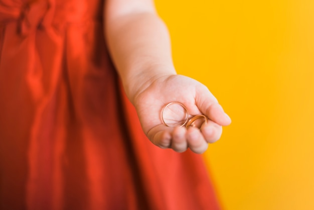 Cute litte bridesmaid holding coins Free Photo