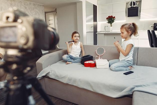 Милый маленький блоггер с косметикой записывает видео у себя дома Бесплатные Фотографии